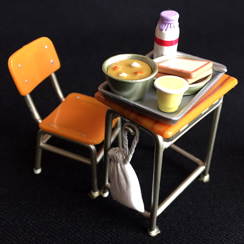 昭和の学校給食、机と椅子