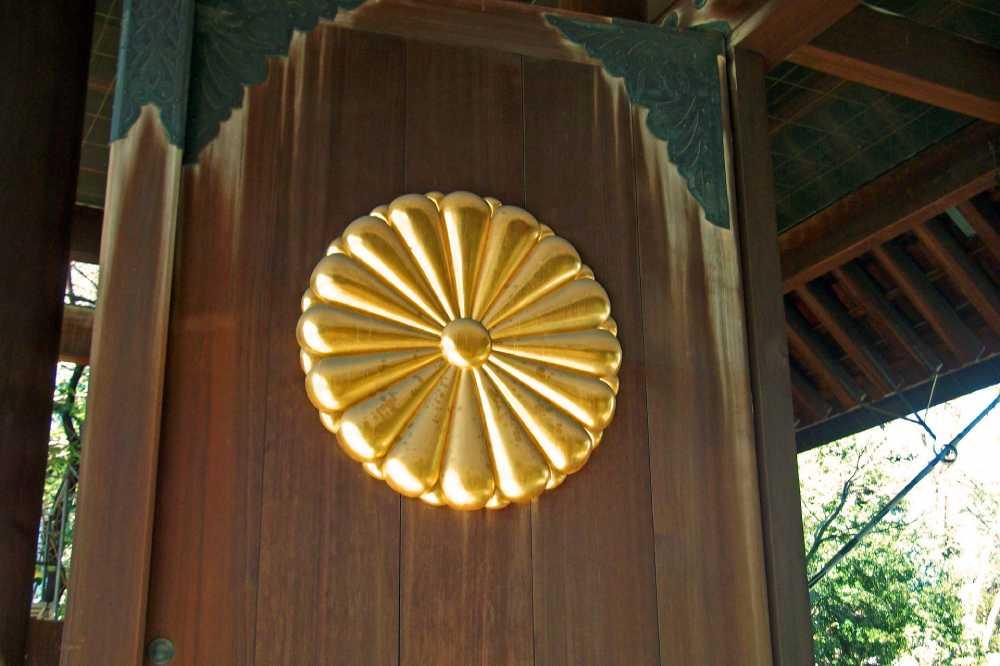 靖国神社の菊花紋章が付いた神門