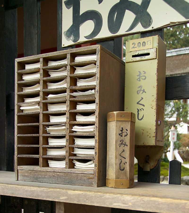 籤の並んだ棚、御神籤箱、料金箱