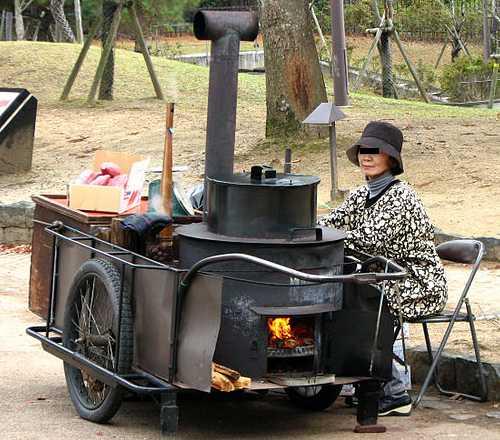 リヤカーに載せた石焼き芋屋