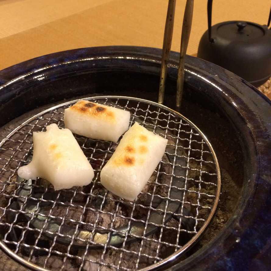火鉢で餅を焼いている所