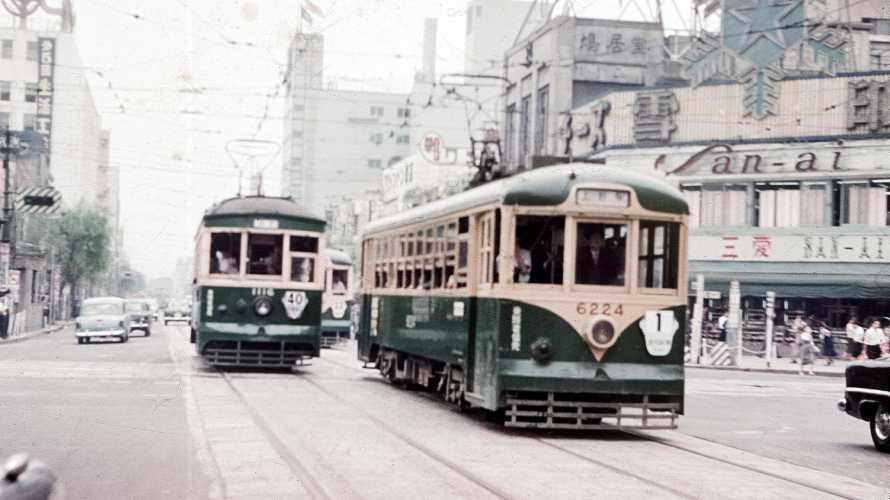 1957年の銀座での路面電車やトロリーバス