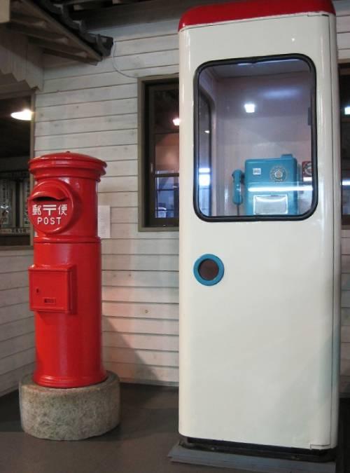 赤いポストと昭和な公衆電話