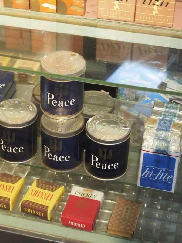 ガラスケースに陳列してあるタバコ