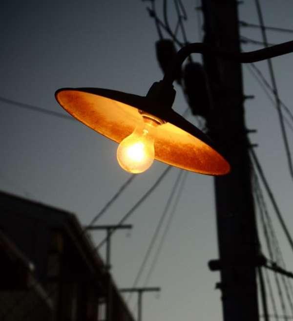 街頭の裸電球