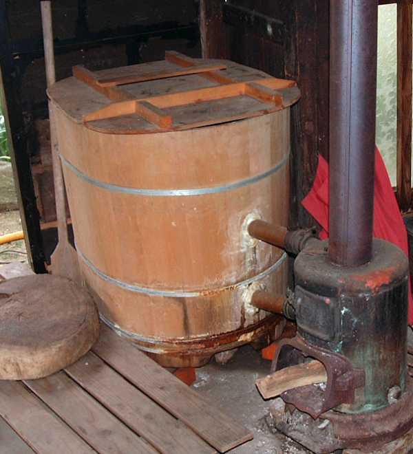 比較的新しい型の木桶風呂