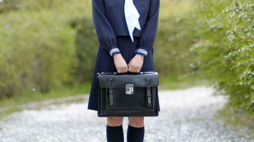 黒い革の学生鞄