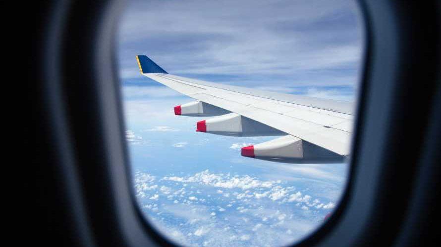 飛行機の窓からみた翼