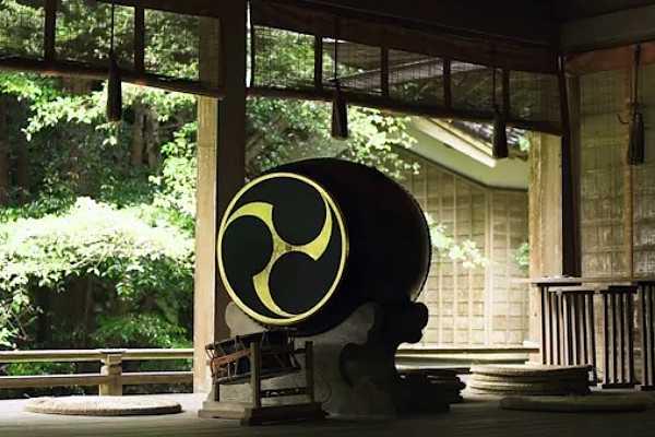 日吉神社の左三つ巴紋太鼓